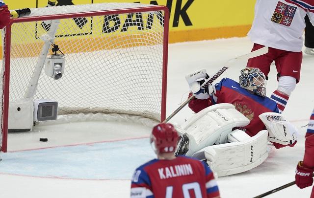 Ruský brankár  Sergej Bobrovskyj inkasuje gól v zápase A-skupiny ČR - Rusko na MS v hokeji v Moskve 6. mája 2016