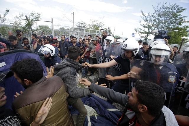 Migranti sa bijú s gréckymi policajtmi počas protestu proti uzatvoreniu hranice medzi Gréckom a Macedónskom