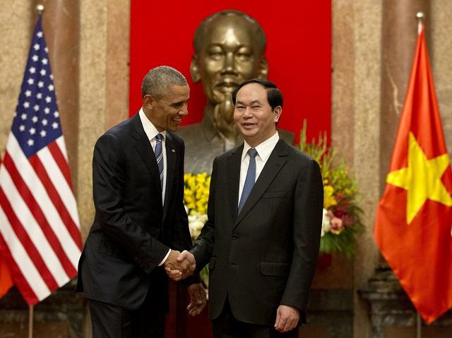 Na snímke vľavo prezident USA Barack Obama a vpravo vietnamský prezident Tran Dai Quang počas stretnutia v prezidentskom paláci v Hanoji