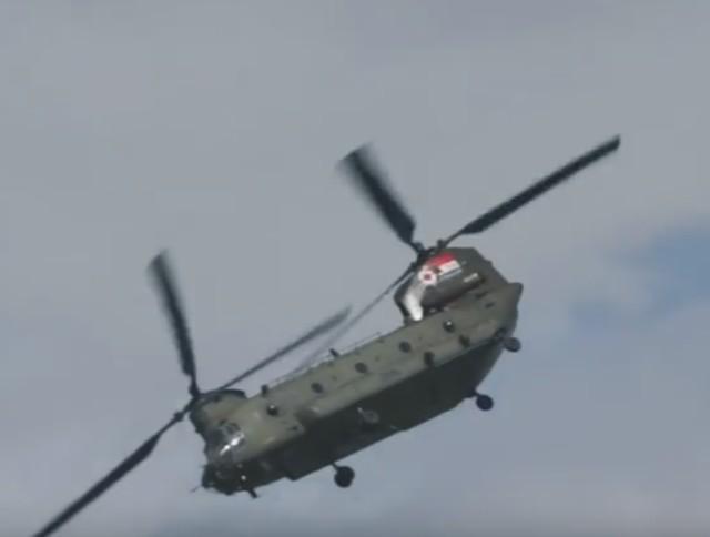 Na videosnímke americký nákladný vrtuľník Boeing CH-47 Chinook