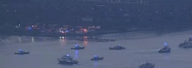 Na snímke z videa záchranné zložky pátrajú po lietadle a pilotovi