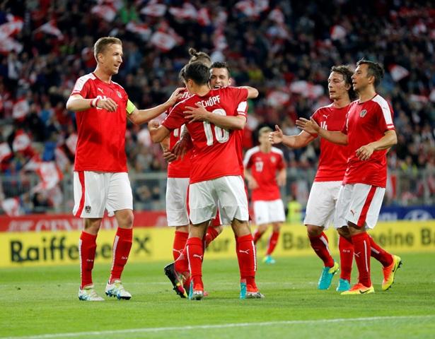 Na snímke futbalisti Rakúska oslavujú druhý gól v prípravnom zápase pred ME 2016 vo futbale vo Francúzsku Rakúsko - Malta