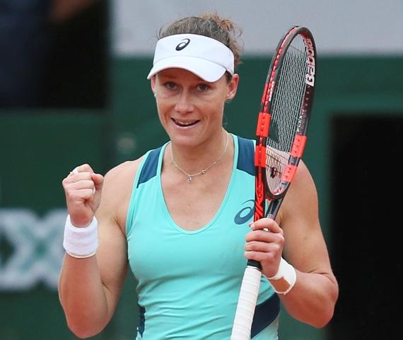 Austrálska tenistka Samantha Stosurová sa teší po víťazstve proti Bulharke Cvetane Pironkovovej vo štvrťfinále dvojhry žien na grandslamovom turnaji Roland Garros