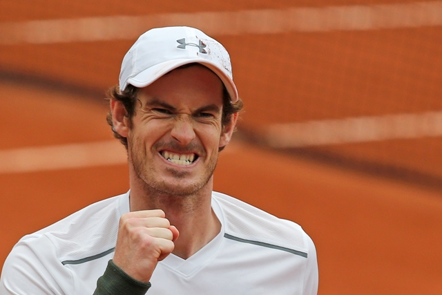 Britský tenista Andy Murray reaguje po jeho výhre nad Francúzom Richardom Gasquetom vo štvrťfinále grandslamového tenisového turnaja Roland Garros
