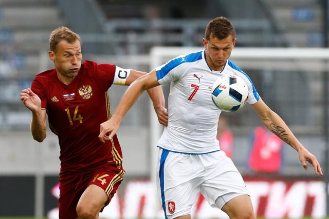 Český futbalista Tomáš Necid (vpravo) a Vasilij Berezuckij  z Ruska v súboji o loptu v prípravnom zápase pred EURO 2016