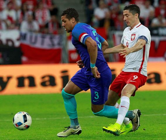 Robert Lewandowski (vpravo) z Poľska a Virgil van Dijk z Holandska počas prípravného zápasu pred EURO 2016