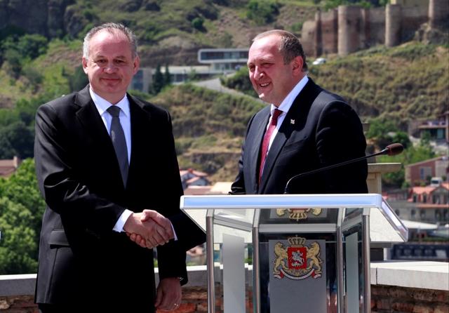 Na snímke gruzínsky prezident Giorgi Margvelašvili (vpravo) a slovenský prezident Andrej Kiska