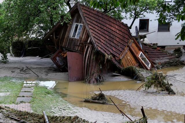 Na snímke zničený drevený dom po povodni v obci Simbach am Inn na juhovýchode Bavorska v Nemecku