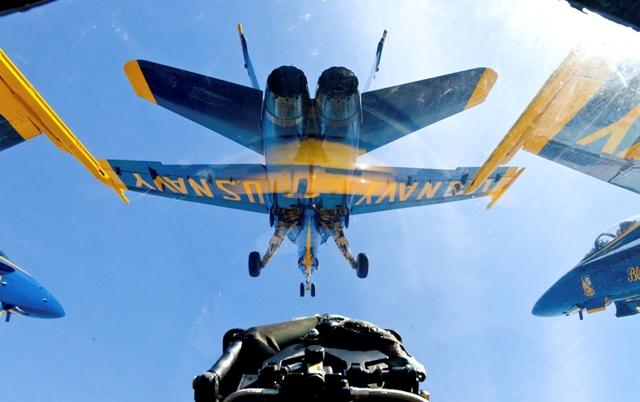 Na ilustračnej snímke je pohľad z kokpitu lietadla F-18