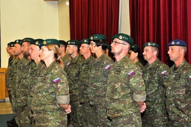 Na snímke slávnostný nástup príslušníkov Ozbrojených síl SR, ktorí odchádzajú plniť úlohy do operácie EUFOR-ALTHEA v Bosne a Hercegovine v Prápore výcviku v Martine