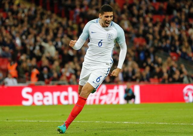 Anglický hráč Chris Smalling oslavuje svoj gól v prípravnom zápase Anglicko - Portugalsko