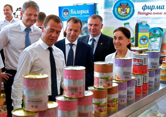 Na snímke ruský premiér Dmitrij Medvedev (vľavo). Druhý vľavo v pozadí ruský vicepremiér Arkadij Dvorkovič