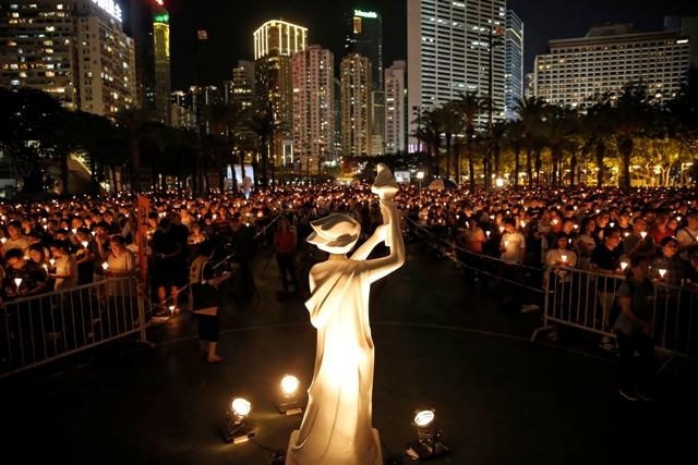 Niekoľko tisícok ľudí počas sviečkového zhromaždenia v parku Victoria v Hongkongu 4. júna 2016 na pamiatku obetí vojenského zákroku na Námestí nebeského pokoja (Tchien-an-men) v Pekingu z roku 1989