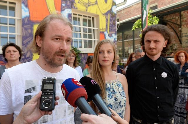 Na snímke zľava prezident Slovenskej komory učiteľov Vladimír Crmoman, Iniciatíva vysokoškolských učiteľov Alžbeta Bojková a Iniciatíva košických učiteľov Viktor Pončák