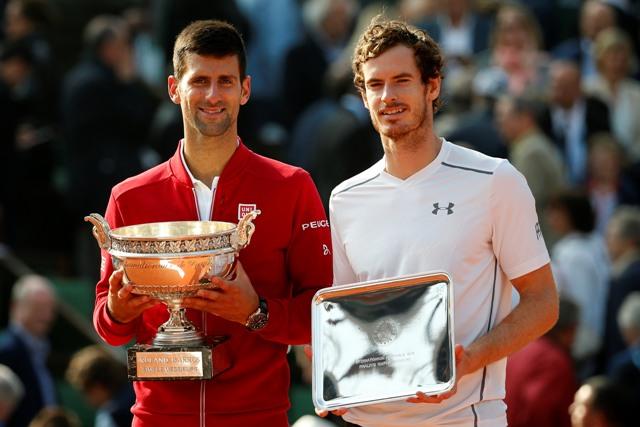 Srbský tenista Novak Djokovič (vľavo) pózuje s trofejou po jeho víťazstve nad Britom Andym Murraym (vpravo) vo finále grandslamového tenisového turnaja Roland Garros v Paríži