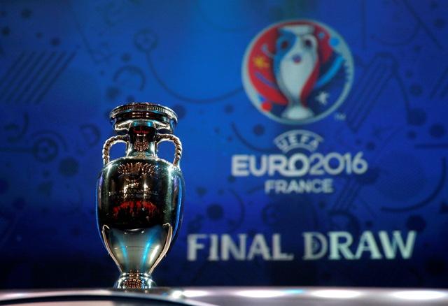 Na snímke vystavená trofej pre víťaza Euro 2016