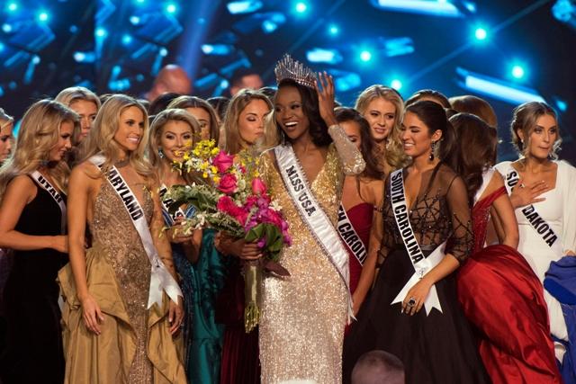 Na snímke Miss USA 2016 Deshauna Barberová sa usmieva po korunovácii počas finále súťaže krásy Miss USA v Las Vegas