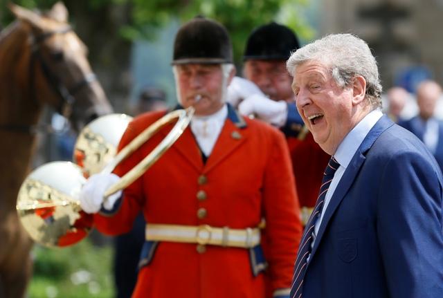 Tréner anglickej futbalovej reprezentácie Roy Hodgson (vpravo) prichádza do hotela v Chantilly