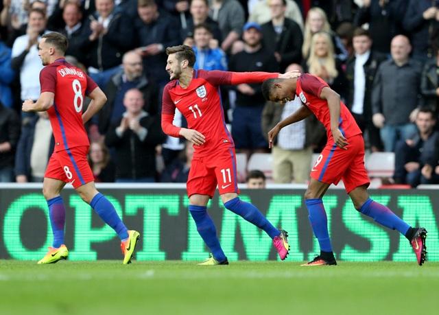 Na snímke anglickí futbalisti, Marcus Rashford (vpravo)