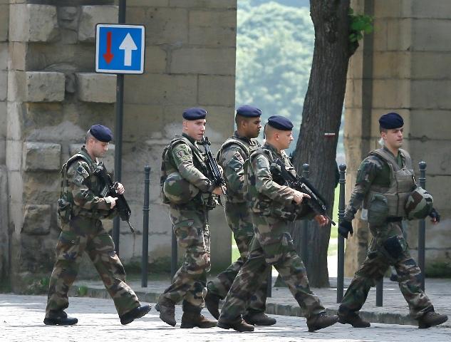 Vojaci hliadkujú vo francúzskom Chantilly pri hoteli, v ktorom sú ubytovaní hráči Anglicka počas ME vo futbale