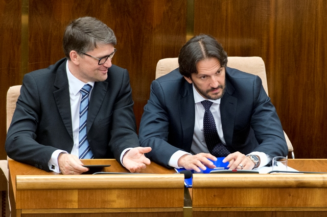 Na snímke vpravo minister vnútra SR Robert Kaliňák a vľavo minister kultúry SR Marek Maďarič