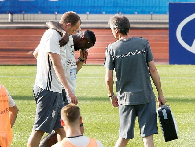 Na snímke nemecký futbalový reprezentačný obranca Antonio Rüdiger opúšťa ihrisko po zranení na verejnom tréningu pred začiatkom ME 2016 vo futbale vo francúzskom Évian-les-Bains