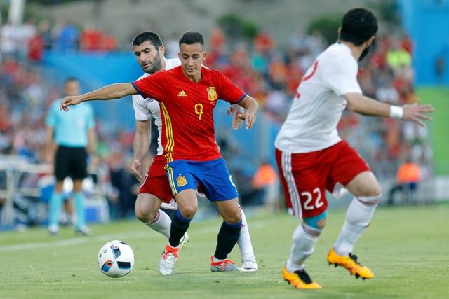 Na snímke uprostred španielsky reprezentant Lucas Vázquez, vľavo gruzínsky hráč Vladimir Gvaliašvili v prípravnom futbalovom zápase pred ME 2016 vo Francúzsku Španielsko - Gruzínsko