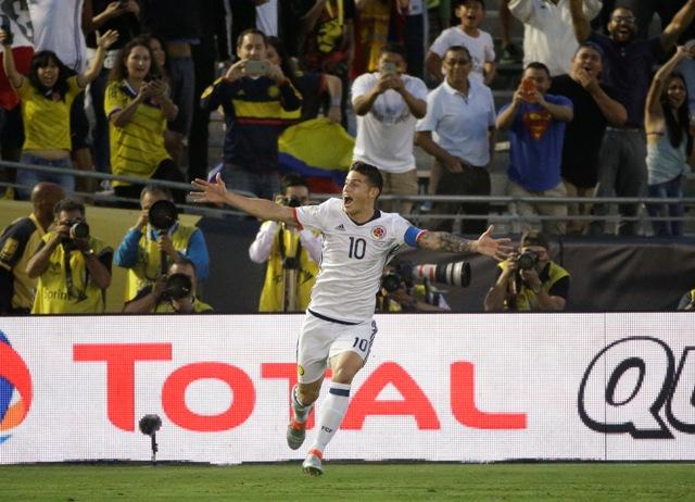 Futbalista Kolumbie James Rodríguez sa teší po strelení gólu v zápase základnej A-skupiny Kolumbia – Paraguaj na 45. ročníku Copa America