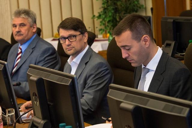 Na snímke sprava minister zdravotníctva Tomáš Drucker, minister kultúry Marek Maďarič a minister práce, sociálnych vecí a rodiny Ján Richter počas 11. schôdze vlády SR
