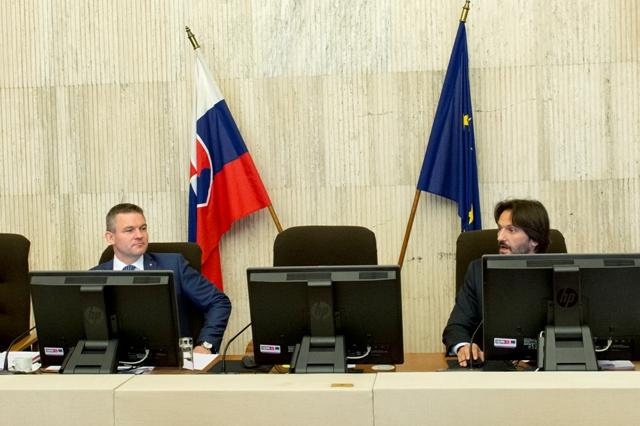 Na snímke vpravo podpredseda vlády SR a minister vnútra SR Robert Kaliňák a vľavo podpredseda vlády SR pre investície  Peter Pellegrini