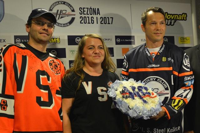 Na snímke vpravo Ladislav Nagy dostal kvetinový dar s logom HC Košice od zástupcov fanklubu HC Košice