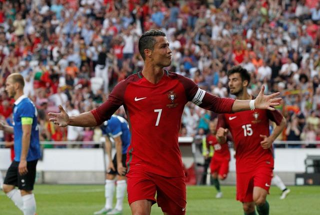 Portugalský hráč Cristiano Ronaldo oslavuje svoj gól v prípravnom zápase na EURO 2016 Portugalsko - Estónsko