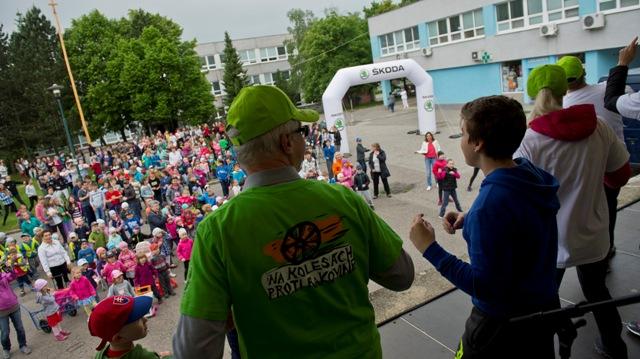 Celodenné podujatie Na kolesách proti rakovine - Svetový deň výzvy Lamač vs. Vajnory v Bratislave 25.mája 2016. Na snímke účastníci výzvy tancujú bez prestávky 15 minút