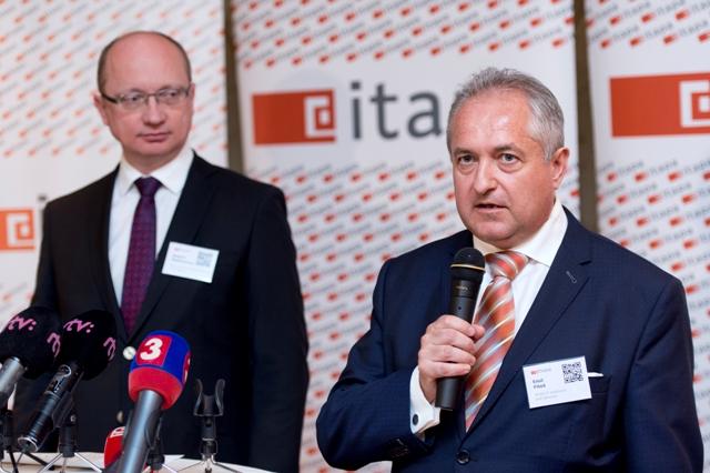 Na snímke vpravo generálny riaditeľ Atos IT Solutions and Services na Slovensku a v Českej republike Emil Fitoš a vľavo rektor Slovenskej technickej univerzity (STU) v Bratislave Robert Redhammer