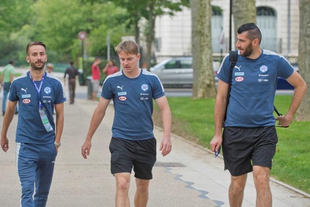 Na snímke slovenskí futbalisti, zľava Dušan Švento,Tomáš Hubočan a brankár Ján Novota na prechádzke na majstrovstvách Európy vo futbale vo francúzskom Vichy
