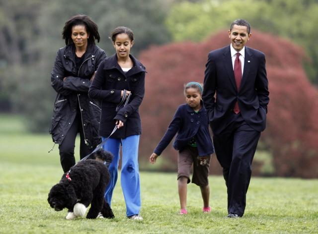 Na snímke americký prezident Barack Obama (vpravo) s manželkou Michelle a dcérami Sashou (druhá vpravo) a Maliou počas prechádzky s portugalským vodným psom Bo
