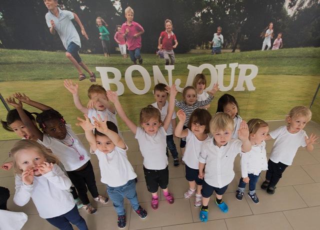 Na snímke škôlkari zdravia počas slávnostného otvorenia Medzinárodnej francúzskej školy v bratislavskej Petržalke na ulici Marie Curie-Sklodowskej