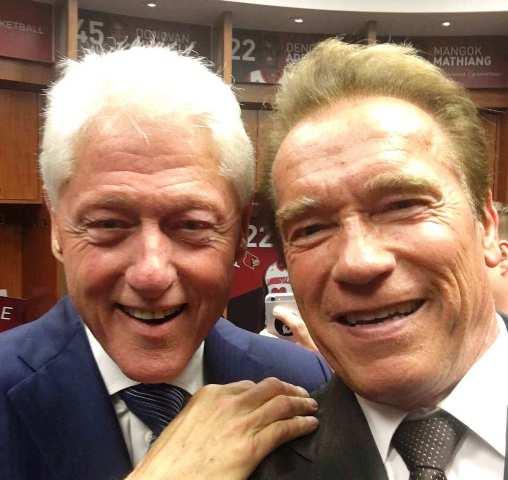 Na snímke sprava Arnold Schwarzenegger a Bill Clinton