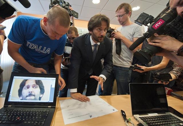 Na snímke minister vnútra SR Robert Kaliňák ukazuje doklady súvisiace s odkúpením časti akcií B.A. Haus