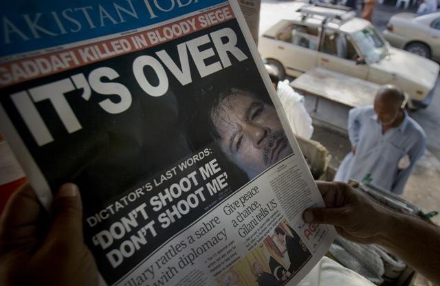 Na snímke titulka s bývalým líbyjským vodcom Muammarom Kaddáfím