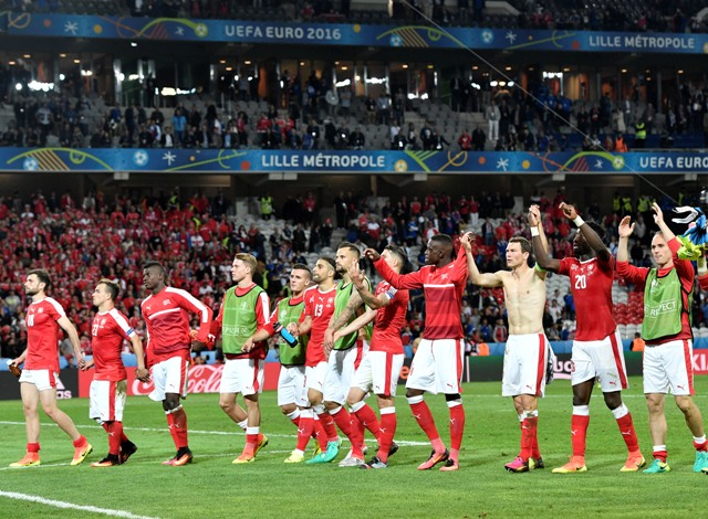 203f11391451c Švajčiarski hráči oslavujú na konci futbalového zápasu A-skupiny  Švajčiarsko - Francúzsko na ME 2016