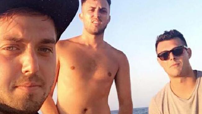Na snímke traja Briti, ktorí vo svojej opitosti mali obrovské šťastie