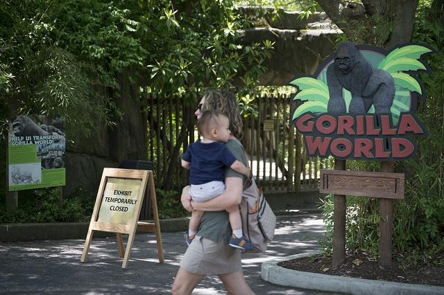 Na snímke návštevníčka s malým dieťaťom kráča v zoologickej záhrade mesta Cincinnati v americkom štáte Ohio 29. mája 2016.  V zoo v Cincinnati v americkom štáte Ohio utratili 17-ročného samca gorily, lebo ohrozil na živote trojročného chlapca, ktorý sa mu dostal do výbehu, informovala agentúra AP. Zo správy AP vyplýva, že chlapec sa do gorilieho výbehu dostal tak, že najskôr podliezol plot, potom preliezol cez kríky a napokon spadol do priekopy s vodou