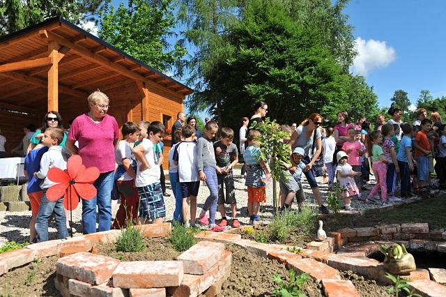 Na snímke žiaci zo Základnej školy s materskou školou v Hôrkach pri Žiline počas otvorenia unikátnej školskej environmentálnej záhrady 1. júna 2016