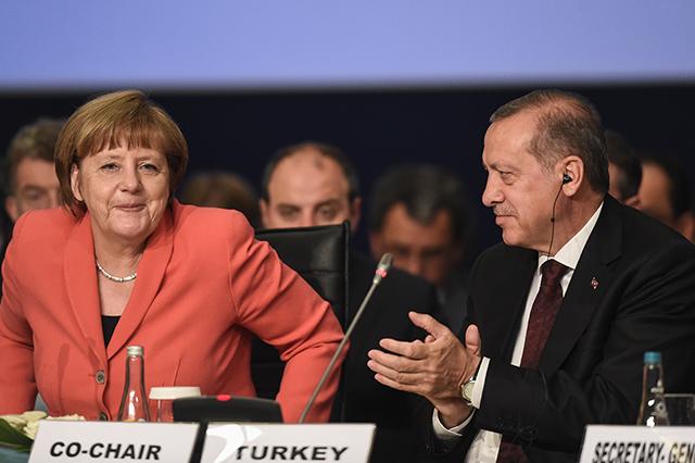 Na snímke vpravo turecký prezident Recep Tayyip Erdogan tlieska a nemecká kancelárka Angela Merkelová