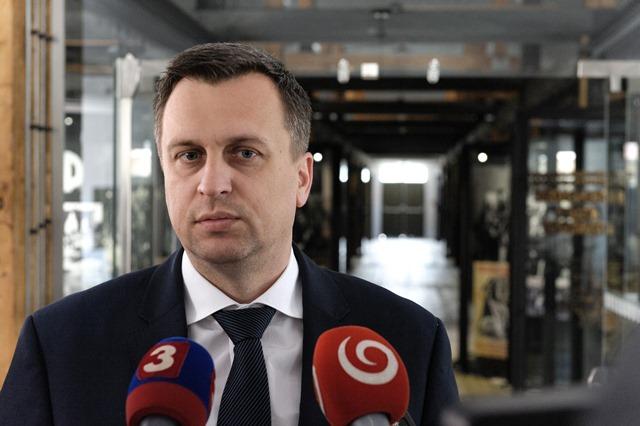 Na snímke predseda Národnej rady SR Andrej Danko poskytuje rozhovor médiám počas návštevy Múzea holokaustu v Seredi
