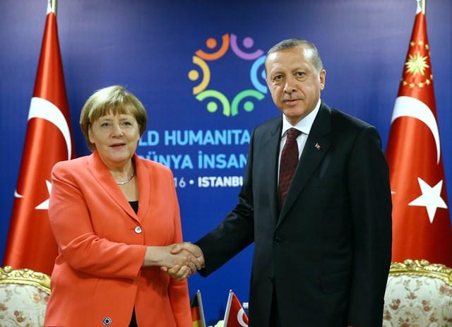 Na snímke vpravo turecký prezident Recep Tayyip Erdogan a nemecká kancelárka Angela Merkelová
