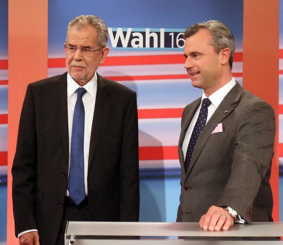 Na snímke kandidát pravicovej populistickej Slobodnej strany Rakúska (FPÖ) v prezidentských voľbách Norbert Hofer (vpravo) a  jeho súper, bývalý šéf rakúskych Zelených a víťaz prezidentských volieb Alexander Van der Bellen