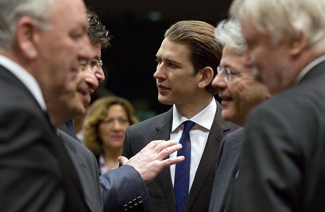 Rakúsky minister zahraničných vecí Sebastian Kurz (v strede)