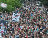 Na snímke protestné zhromaždenie občanov pred bytovým komplexom Bonaparte, ktoré zorganizovala opozícia